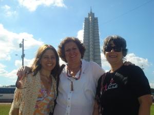 Eu , Dilcéia e Heloisa, ao fundo o memorial José Marti