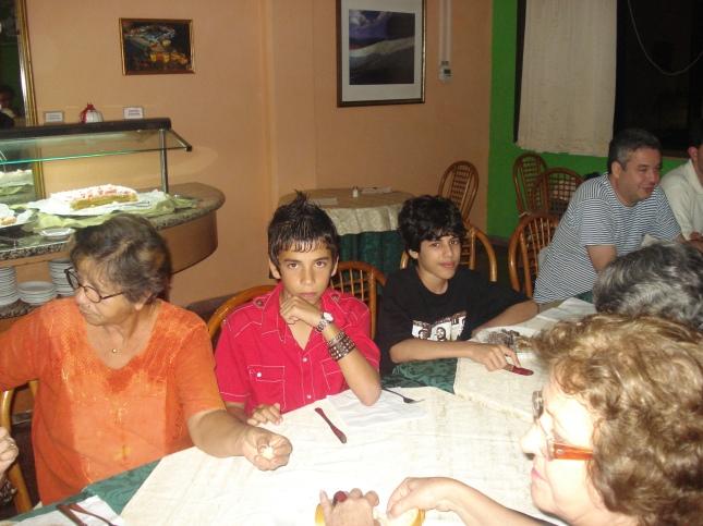 Jantar, de vermelho José (amiguinho cubano 12 anos)