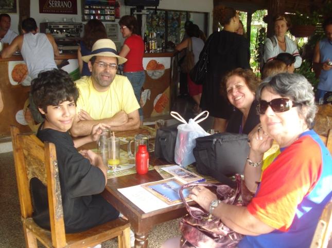 João,Carlos,Dilcéia e Heloisa, esperando o novo ônibus