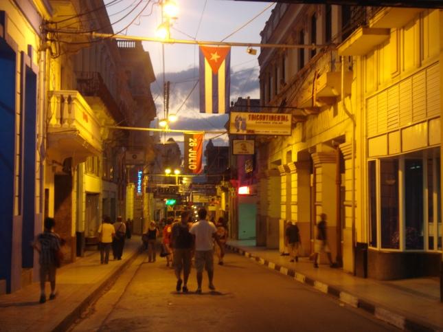 Uma rua de Santiago ao anoitecer