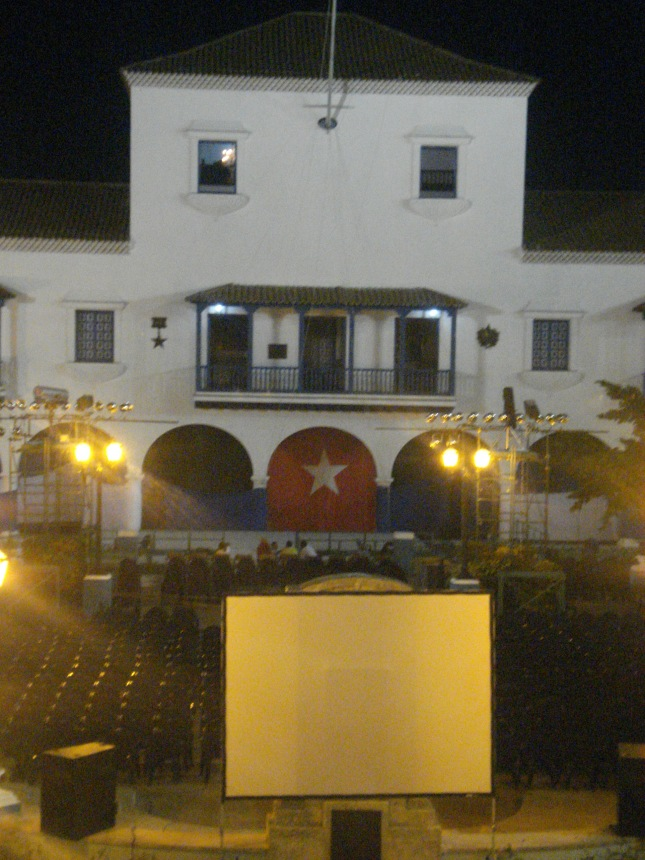 Praça onde haveria no dia seguinte o ato em comemoração aos 50 anos do triunfo da Revolução, mas apenas para 300 convidados
